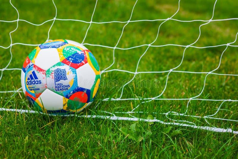 Moscou, Rússia, o 7 de outubro de 2018: Liga das nações do UEFA de Adidas, planador oficial na grama, bandeira da bola do fósforo foto de stock