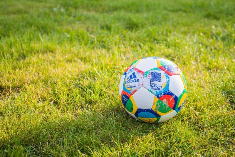 Moscou, Rússia, o 7 de outubro de 2018: Liga das nações do UEFA de Adidas, planador oficial na grama, bandeira da bola do fósforo fotografia de stock royalty free