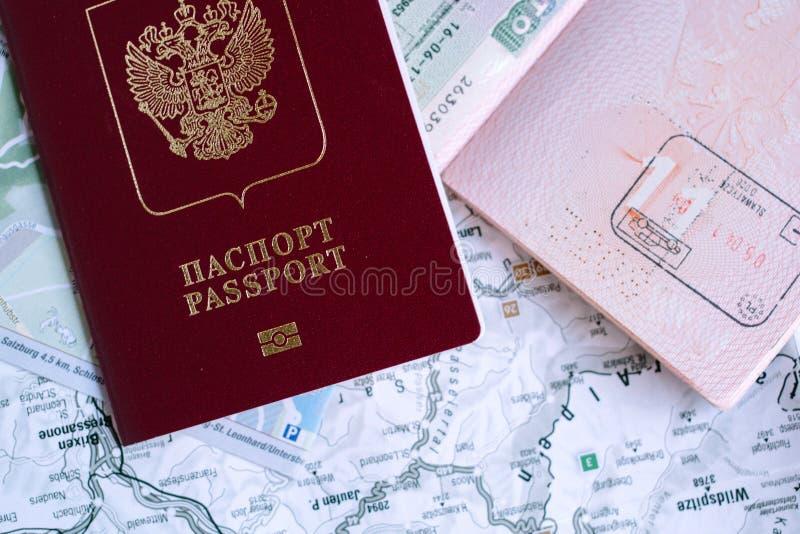 Moscou, Rússia - 05 10 2018 passaportes estrangeiros do russo sobre o mapa fotografia de stock