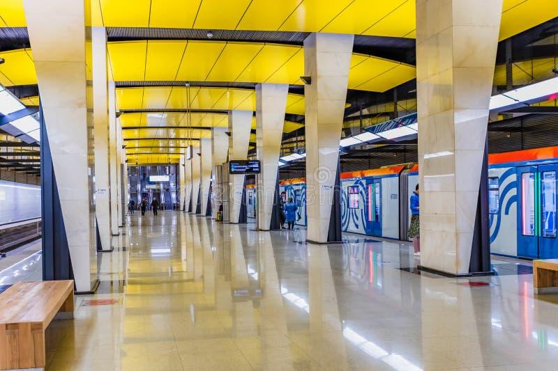 Moscou, Rússia pode 26, 2019, a estação de metro nova Shelepiha que a entrada moderna magnífica é decorada em cores brilhantes: a fotografia de stock royalty free