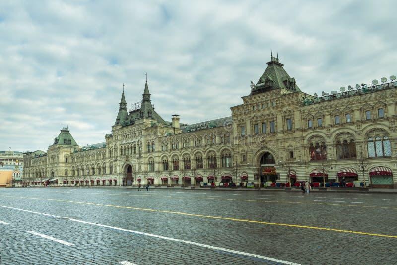 Moscou/Rússia - 04 2019: quadrado vermelho abandonado de Moscou com um shopping velho, GOMA foto de stock royalty free
