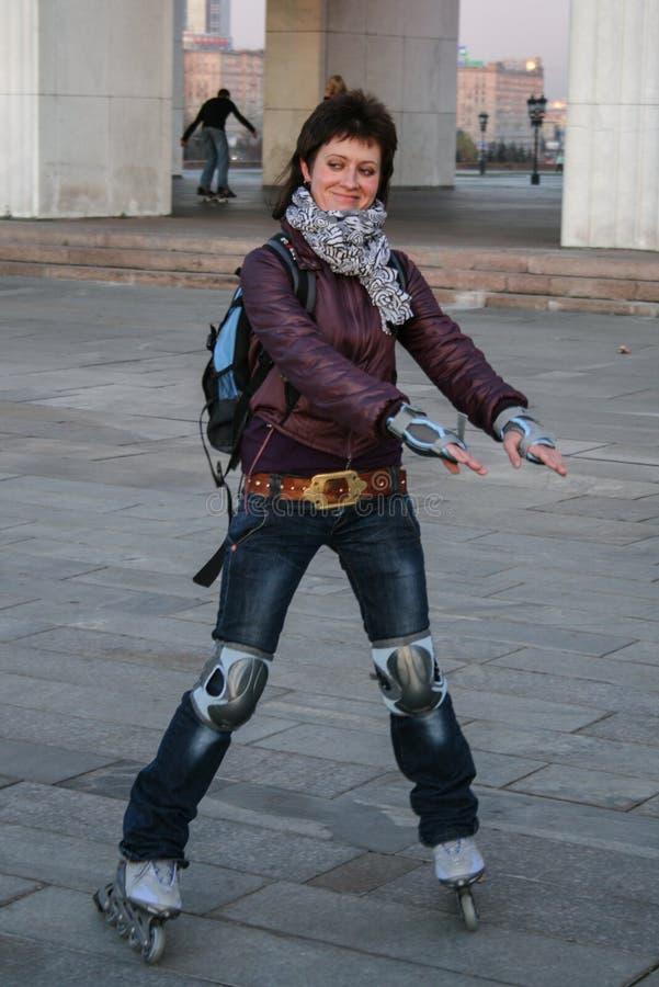 11 09 2008, Moscou, Rússia Uma mulher nova do rolo que patina no parque Estilo de vida ativo fotografia de stock royalty free