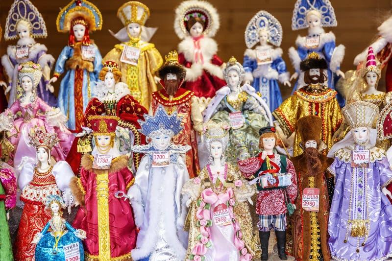Moscou, Rússia, 08/06/2019: Variedade das bonecas em trajes nacionais do russo no contador imagem de stock royalty free