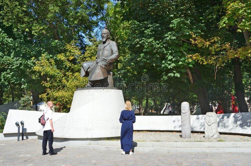 Moscou, R?ssia, agosto, 12, 2018 Povos que andam perto do monumento ao poeta do Cazaque e ao pensador Abai Kunanbayev no verão em imagem de stock