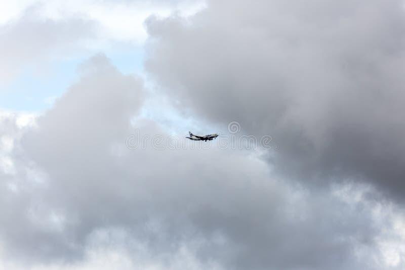 Moscou, R?ssia - 8 de julho de 2016: UTair Boeing 737 decolou do aeroporto de Vnukovo O avi?o ascens?o no c?u fotos de stock