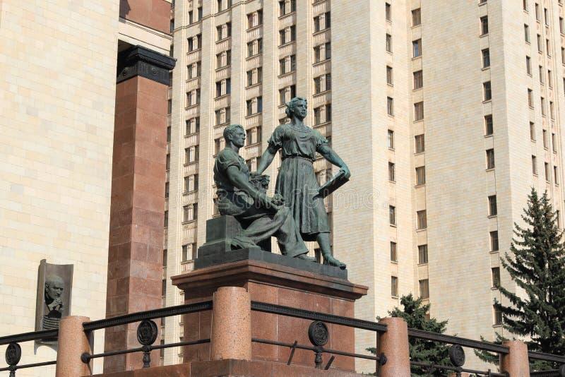 Moscou, R?ssia - 1? de maio de 2019: Escultura ?juventude no trabalho ?perto da entrada ? universidade estadual de Moscou fotografia de stock