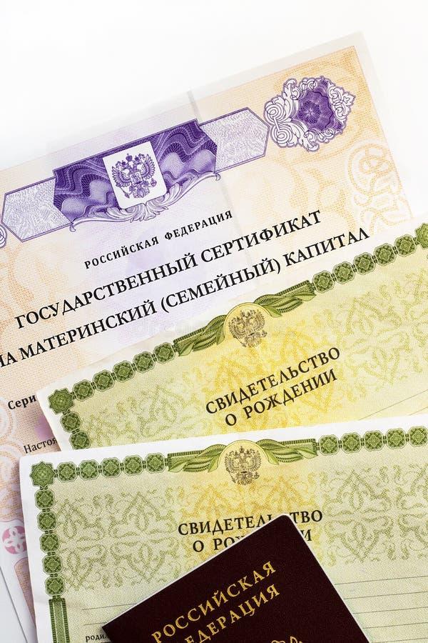 Moscou, R?ssia - em abril de 2019: Certificado do estado da Federa??o Russa do texto no capital de fam?lia de maternidade, passap imagem de stock
