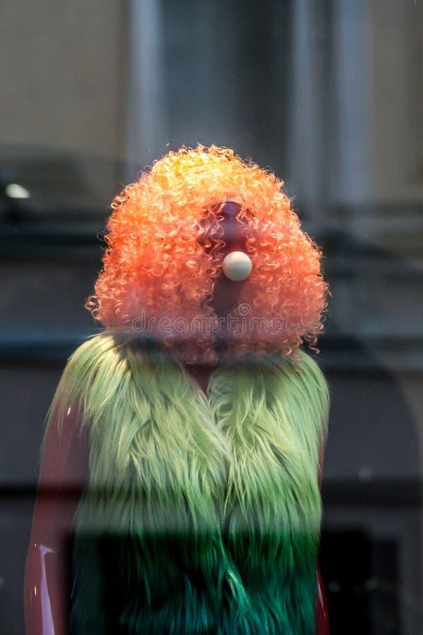 2010 08 22, Moscou, R?ssia Manequim engraçado da mulher com nariz do palhaço imagens de stock