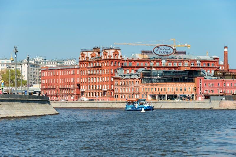 Moscou, Rio Moscou, perto da fábrica de outubro vermelho no Embankment de Bersenevskaya imagem de stock royalty free