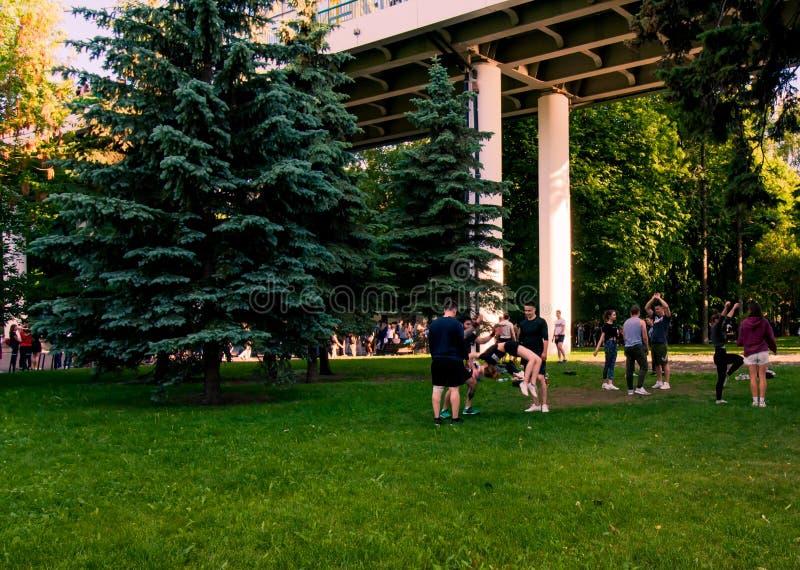 Moscou, Russia-06 01 2019: líder da claque que treinam no parque na grama imagens de stock royalty free