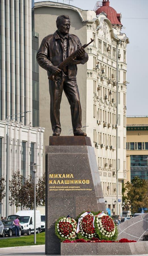 MOSCOU, RUSSIA/SEPTEMBER 20,2017: Monumento ao desenhista Mikhail Kalashnikov, criador da espingarda de assalto do Kalashnikov fotografia de stock royalty free