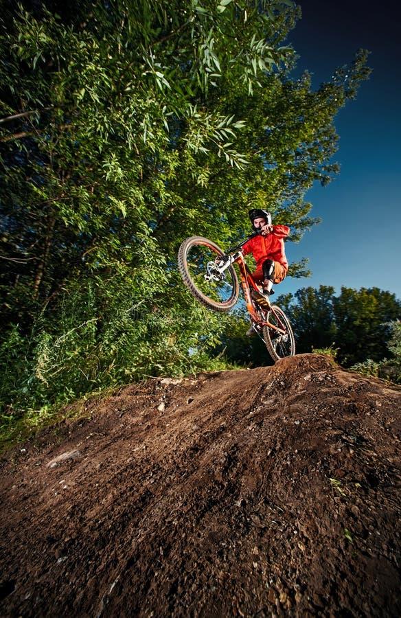 Moscou, Russie - 31 août 2017 : Cycliste de vélo de montagne faisant le cascade de wheelie sur un vélo de mtb photographie stock