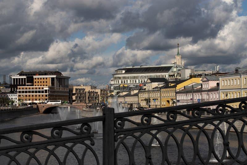 Moscou, Russie - 6 août 2019 : vue de la rivière de Moscou avec des fontaines sur l'eau images libres de droits