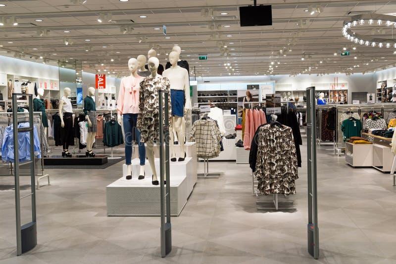 Moscou, Russie - 30 août 2016 L'habillement de mode des femmes modernes de magasin dans le mail Zelenopark photo stock