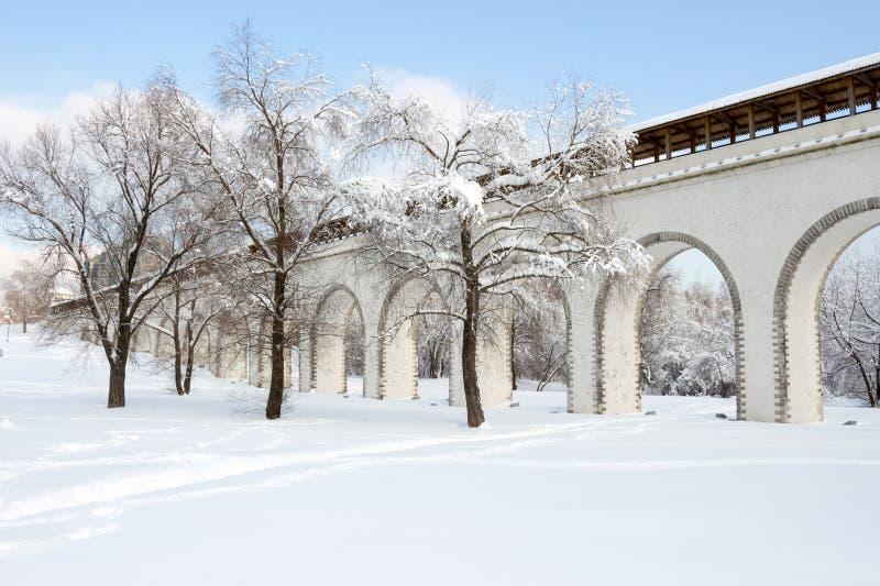 Moscou, Russie : Aqueduc de Rostokinskiy, jour d'hiver ensoleillé photos libres de droits