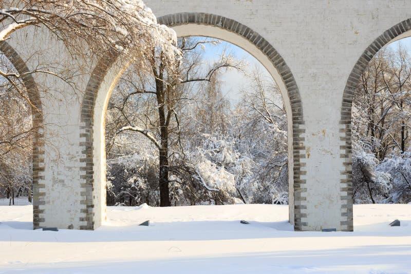 Moscou, Russie : Aqueduc de Rostokinskiy, jour d'hiver ensoleillé photo libre de droits