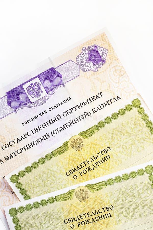 Moscou, Russie - avril 2019 : Certificat russe d'État fédéré des textes sur le capital de famille de maternité, acte de naissance photos stock