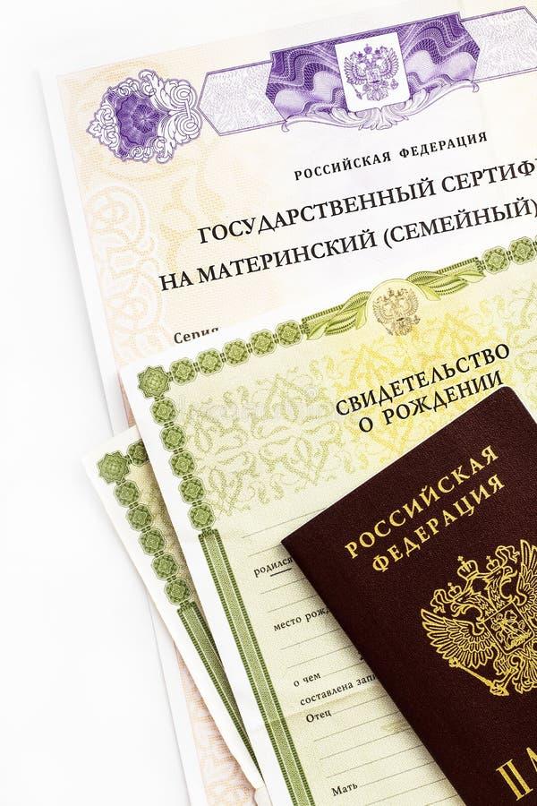 Moscou, Russie - avril 2019 : Certificat russe d'?tat f?d?r? des textes sur le capital de famille de maternit?, passeport, certif image libre de droits