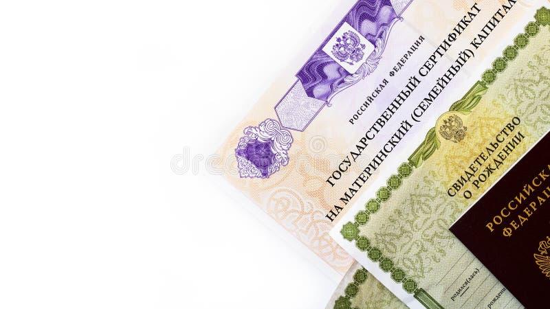 Moscou, Russie - avril 2019 : Certificat russe d'?tat f?d?r? des textes sur le capital de famille de maternit?, passeport, certif photographie stock libre de droits