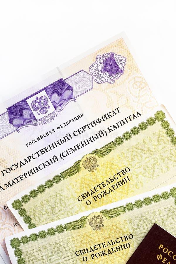 Moscou, Russie - avril 2019 : Certificat russe d'?tat f?d?r? des textes sur le capital de famille de maternit?, passeport, certif photographie stock