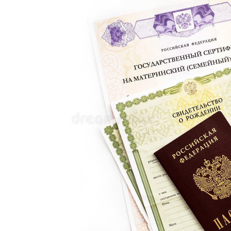 Moscou, Russie - avril 2019 : Certificat russe d'?tat f?d?r? des textes sur le capital de famille de maternit?, passeport, certif photo libre de droits