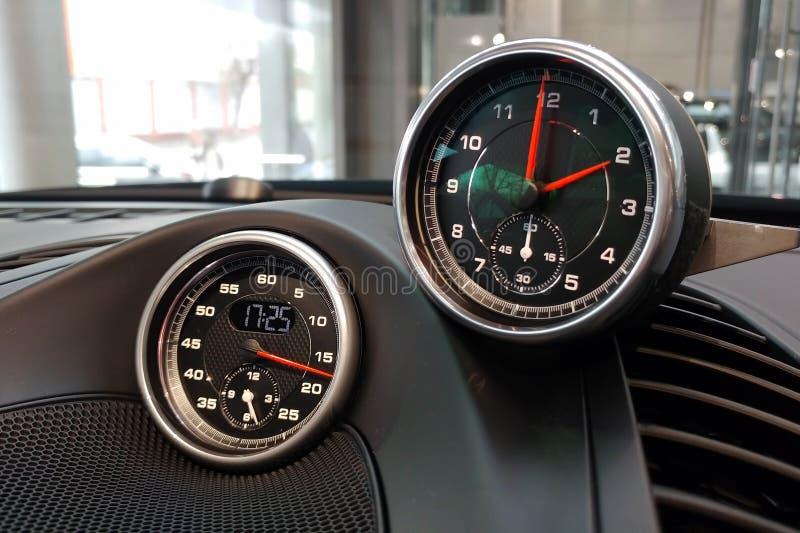 Moscou, Russie - 23 avril 2019 : D?tails int?rieurs d'une voiture de sport Porsche Chronom?tre de sports avec l'horloge ?lectroni photo libre de droits