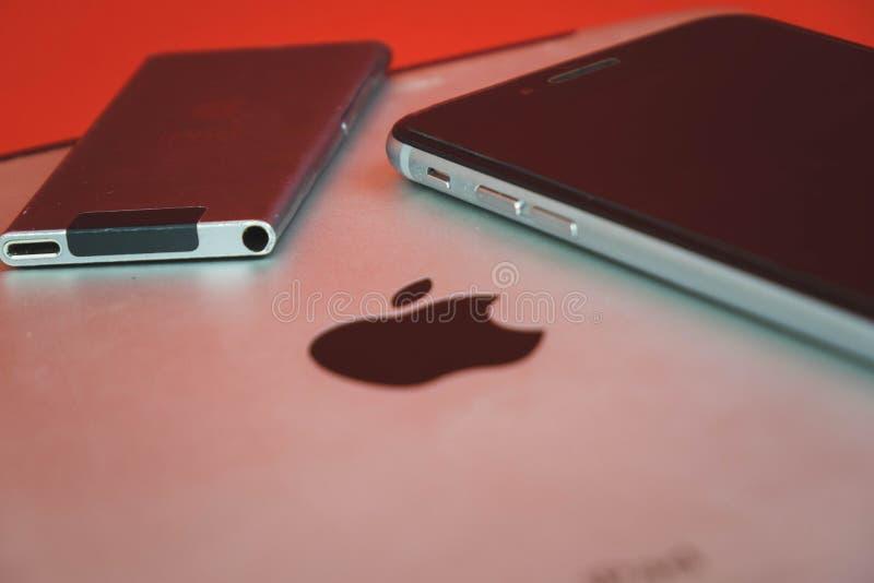 Moscou, Russie - 25 AVRIL 2019 : iPod, iphone et ipad se situant dans une rang?e Production sur le fond rouge Produits d'Apple Pr photo stock