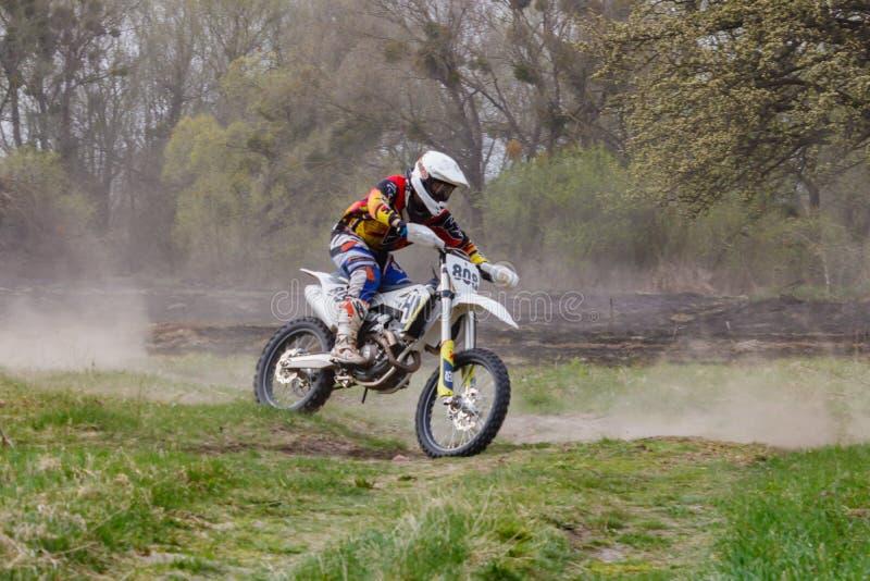 Moscou, Russie - 13 avril 2019 : Le coureur sur un vélo de motocross se précipite le long d'une cendrée Formation d'?quipe de spo photo stock