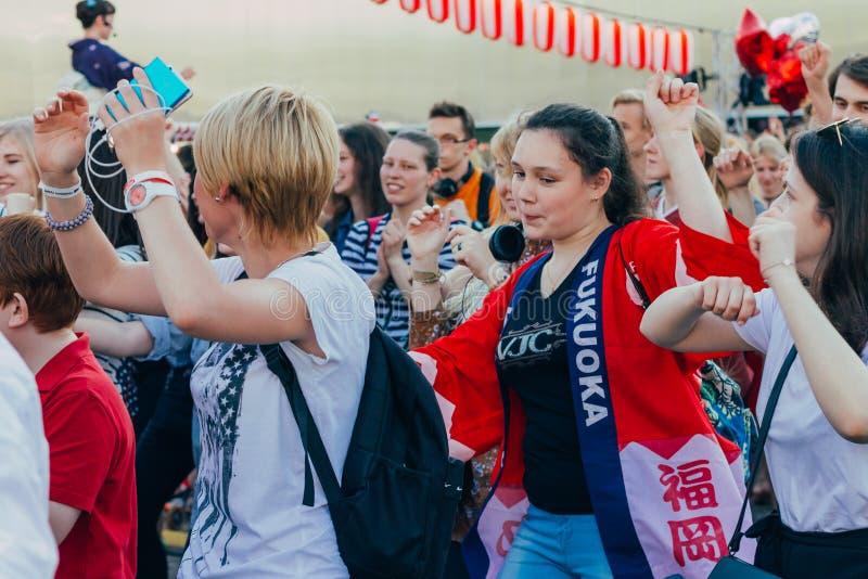 Moscou, Russie - 24 avril 2016 : Les gens dansant autour de l'étape du Yagura la danse de Bon Odori au Japonais photographie stock libre de droits