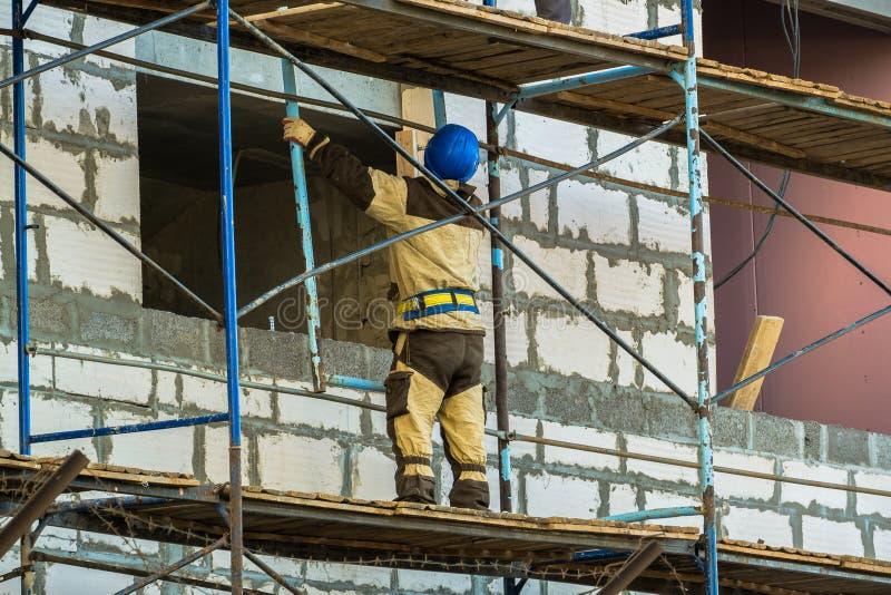 MOSCOU, RUSSIE, AVRIL, 29 2019 : Ouvriers sur l'?chafaudage Construction d'un nouveau centre commercial images libres de droits