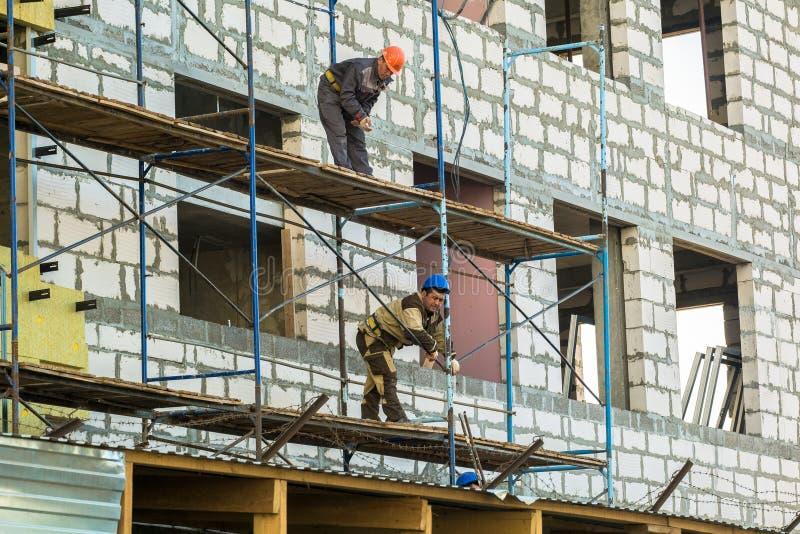 MOSCOU, RUSSIE, AVRIL, 29 2019 : Ouvriers sur l'?chafaudage Construction d'un nouveau centre commercial photo libre de droits
