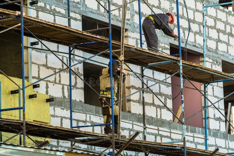 MOSCOU, RUSSIE, AVRIL, 29 2019 : Ouvriers sur l'?chafaudage Construction d'un nouveau centre commercial image libre de droits
