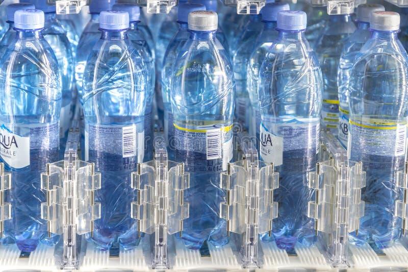 Moscou, RUSSIE - 12 avril 2019 : rangées des bouteilles d'eau de la marque déposée d'Aqua Minerale Portes-bouteilles en plasti photo stock
