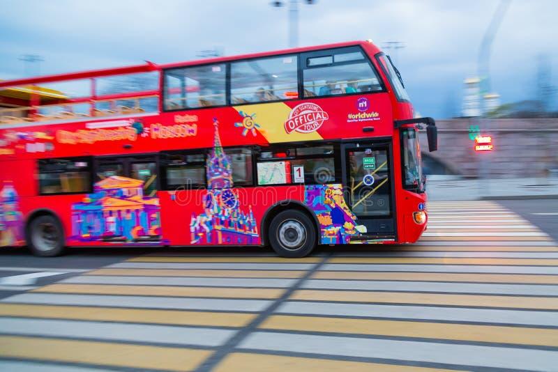 MOSCOU, RUSSIE - 30 AVRIL 2018 : Un autobus de touristes d'autobus à impériale passe vers la place rouge après le grand pont de M photo libre de droits