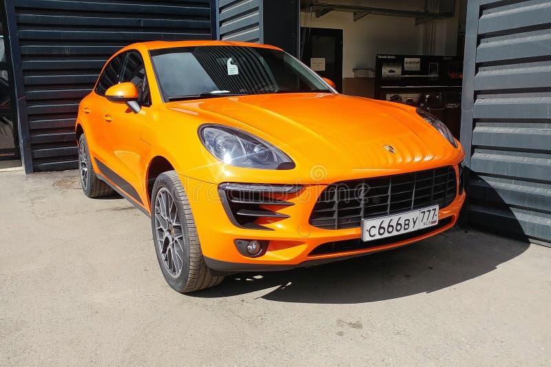 Moscou, Russie - 29 avril 2019 : Vue de face de Porsche orange Macan S sur la rue Voiture garée accordée par le vinyle protecteur images stock
