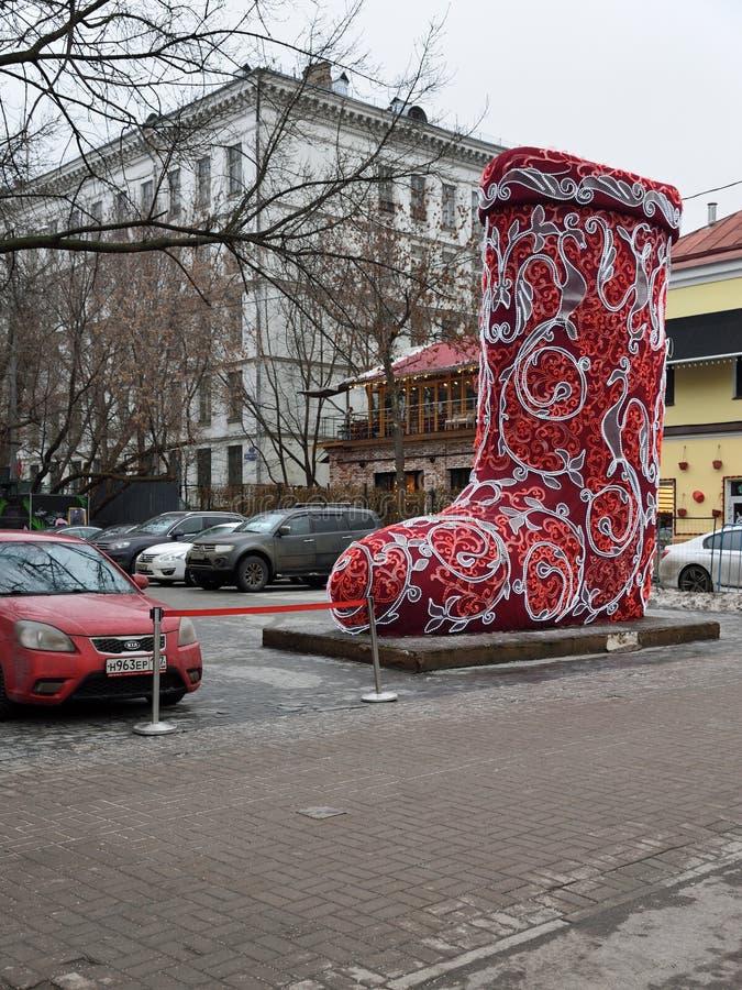 Moscou, Russie - 12 décembre 2017 Installation de Noël sous forme d'bottes rouges énormes, près du cirque sur le boulevard de Tsv images stock