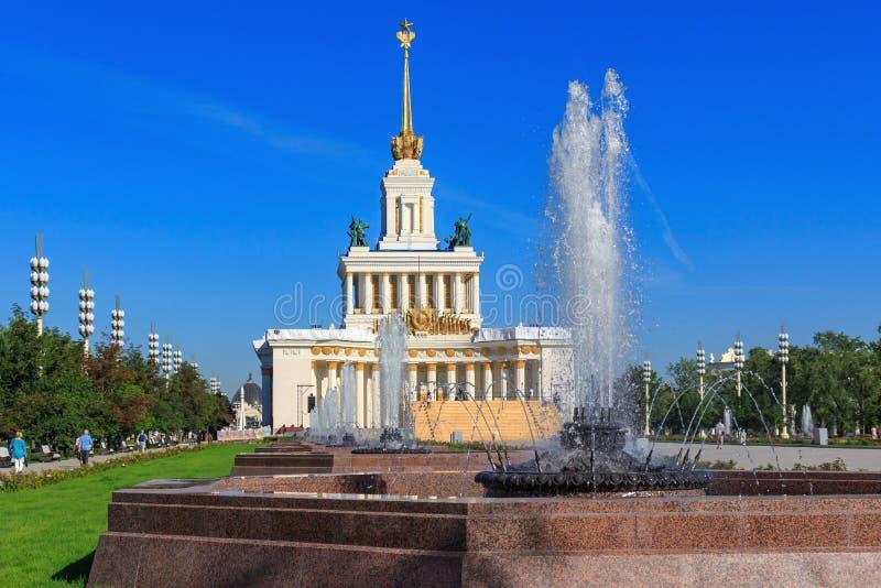 Moscou, Russie - 1er août 2018 : Fontaines sur l'allée principale sur un fond de central de pavillon sur l'exposition des accompl photos stock