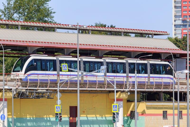 Moscou, Russie - 1er août 2018 : Train de monorail de Moscou au plan rapproché de station de VDNH au jour d'été ensoleillé photos stock