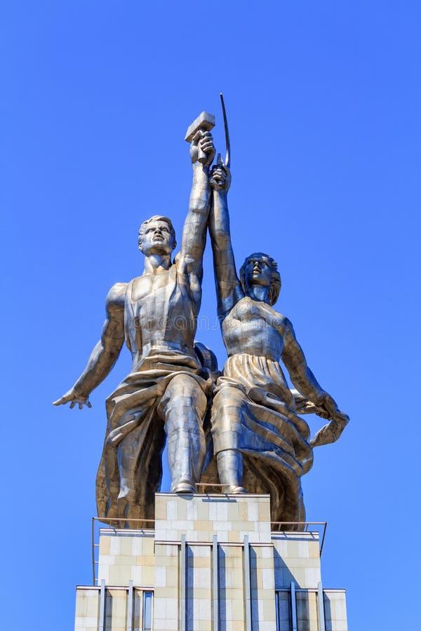 Moscou, Russie - 1er août 2018 : Travailleur de monument et fille de ferme collective contre le ciel bleu sur l'exposition des ac photos libres de droits