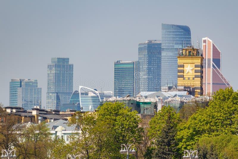 Moscou, Russie - 1er mai 2019 : Vue de Moscou-ville internationale de centre d'affaires de Moscou contre les arbres verts et de c images libres de droits