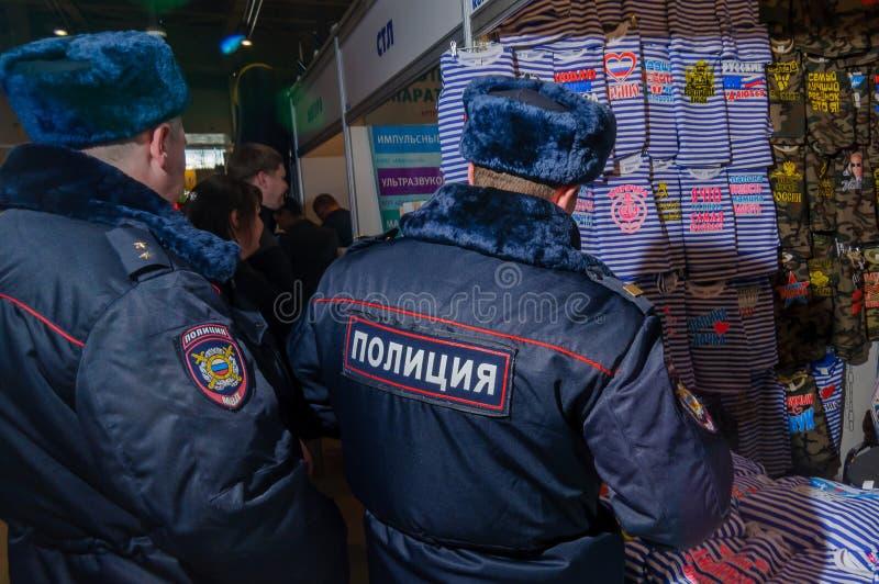 Moscou, Russie - 25 février 2017 : Deux policiers russes visitant le support avec les T-shirts militaire-patriotiques drôles photographie stock libre de droits