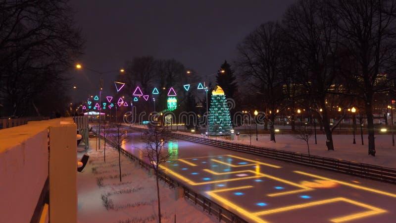 MOSCOU, RUSSIE - JANVIER, 2, 2017 Cristmas et nouvelle année ont décoré l'anneau de patinage en parc célèbre de Gorki illuminé à image libre de droits