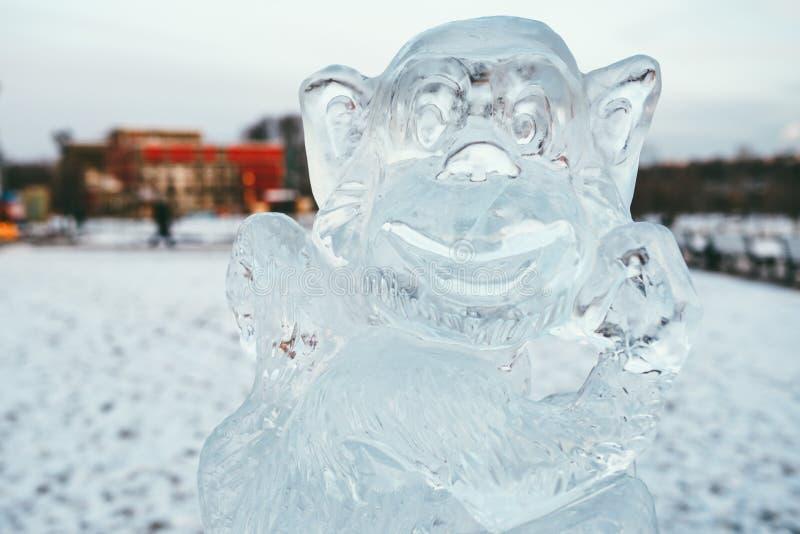 MOSCOU, RUSSIE - 2 janvier 2016 sculpture de singe découpée de la glace sur le fond du parc couvert de neige d'hiver photo stock
