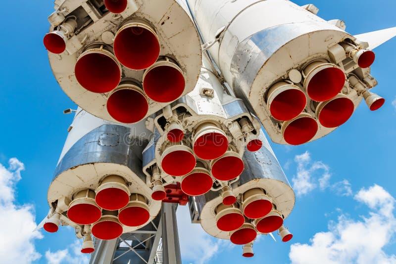 Moscou, Russie - 22 juillet 2019 : Becs peints rouges des moteurs à réaction de la fusée d'espace soviétique Vostok en parc de VD photographie stock