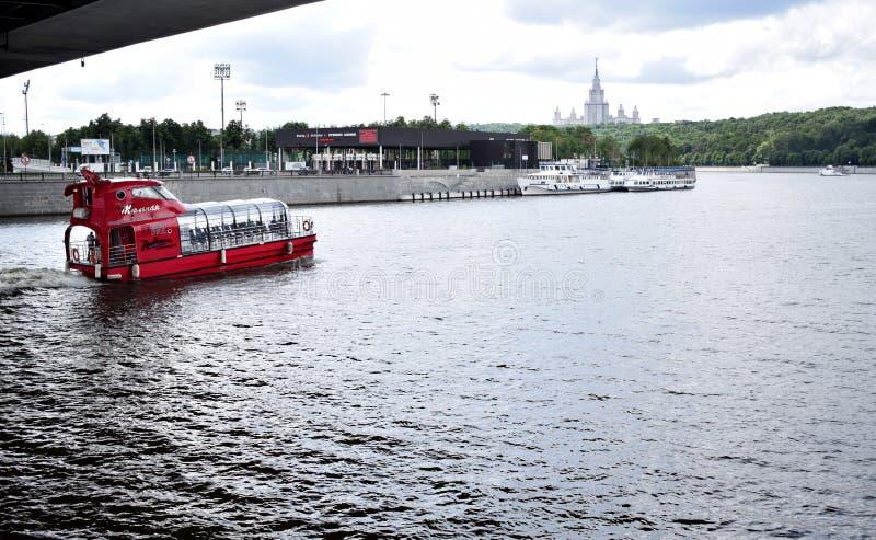 Moscou, Russie - 8 juillet 2019 : Embarcation de plaisance rouge sur la rivière de Moskva La vue du remblai de Berezhkovskaya images libres de droits