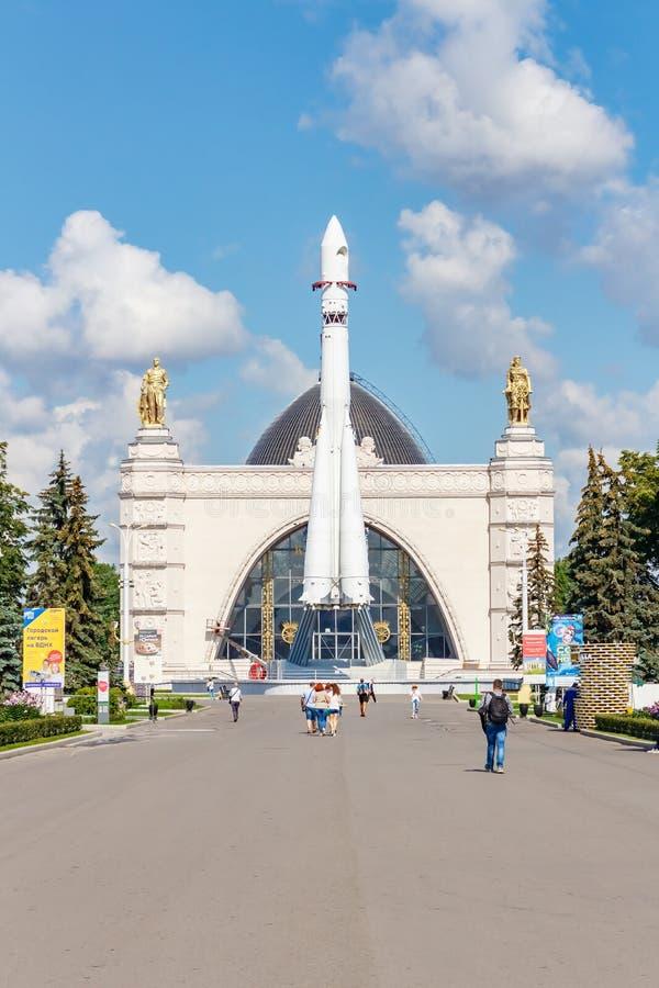 Moscou, Russie - 22 juillet 2019 : Fusée d'espace soviétique Vostok sur un fond de pavillon Kosmos en parc de VDNH à Moscou contr image stock
