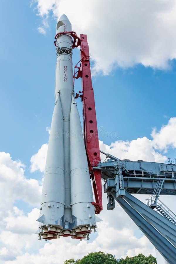 Moscou, Russie - 22 juillet 2019 : Fusée d'espace Vostok contre le ciel bleu avec les nuages blancs en parc de VDNH à Moscou au j images stock