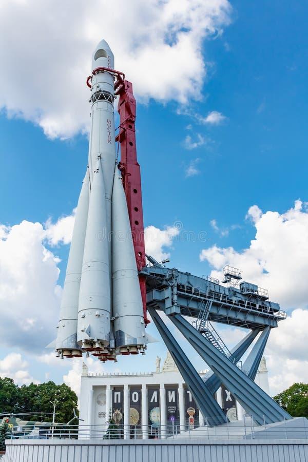 Moscou, Russie - 22 juillet 2019 : Fusée d'espace Vostok contre le ciel bleu avec les nuages blancs en parc de VDNH à Moscou au j image stock
