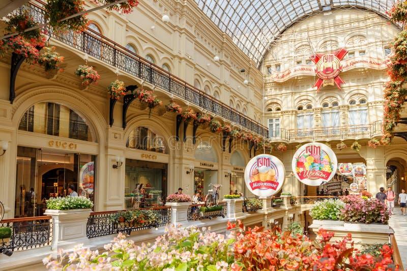 Moscou, Russie - 28 juillet 2019 : Intérieurs de magasin d'état de GOMME sur la place rouge à Moscou au jour d'été ensoleillé tra photo stock