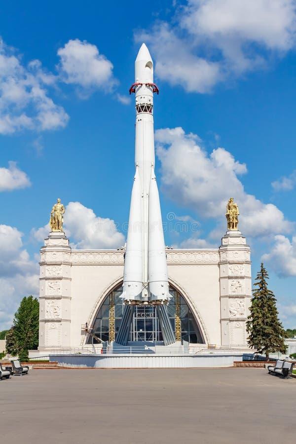 Moscou, Russie - 22 juillet 2019 : Modèle de fusée d'espace soviétique Vostok en parc de VDNH à Moscou contre le ciel bleu au jou images stock